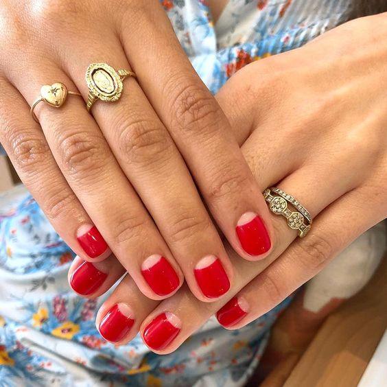 manicura francesa invertida o uñas de media luna