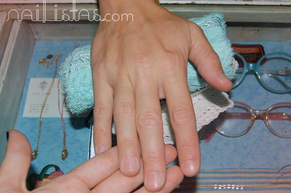 mano de María Blanco Brotons antes de la manicura de Nailistas sobre el bonito mostrador de ¡Glück!, niños con suerte