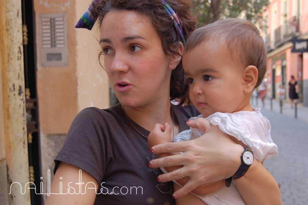 María Blanco Brotons con su hija Rita en la puerta de su tienda ¡Glück!, niños con suerte