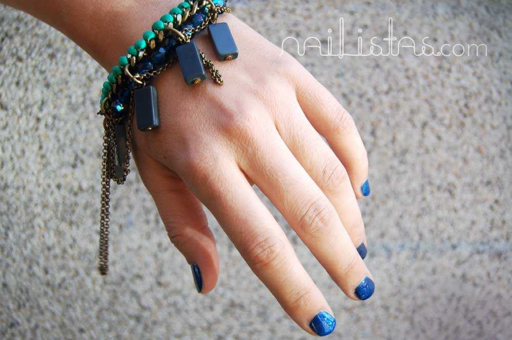 Manicura de azul metalizado - Detalle con pulsera de Mava Haze.
