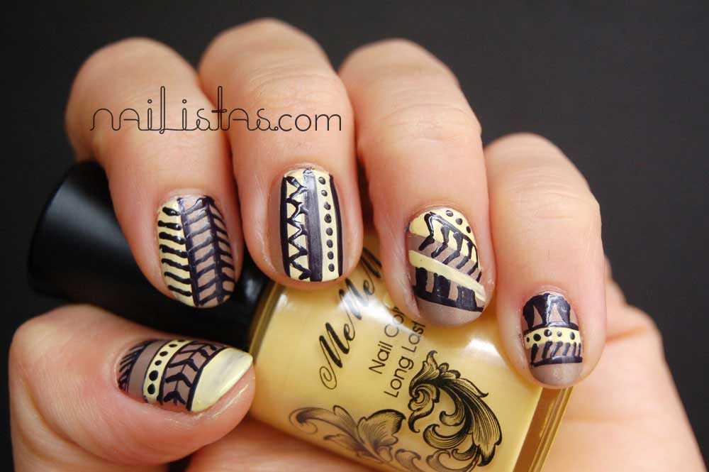 uñas decoradas con motivos tribales con esmaltes essence (café ole) y Mememe (Lyrical) con detalle de nail artPen de Konad