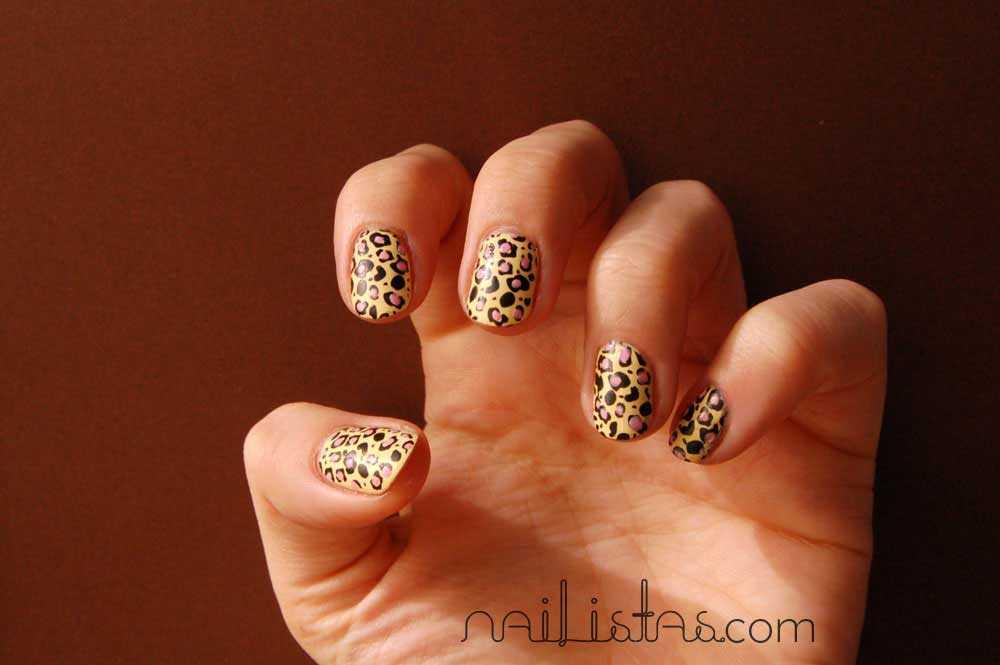 Estampado de leopardo en las uñas con amarillo Lyrical de Mememe y estampación de Konad