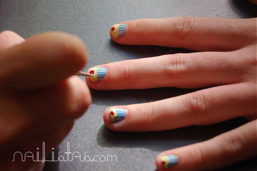 Manicura de uñas cortas con cupcakes