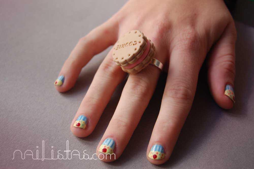 Manicura de uñas cortas con cupcakes // Joya de fimo con forma de galleta