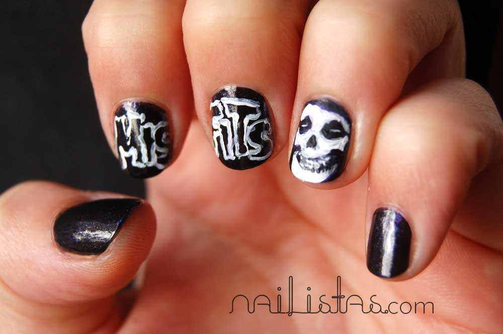 Manicura con calavera punk - Misfits Halloween manicure