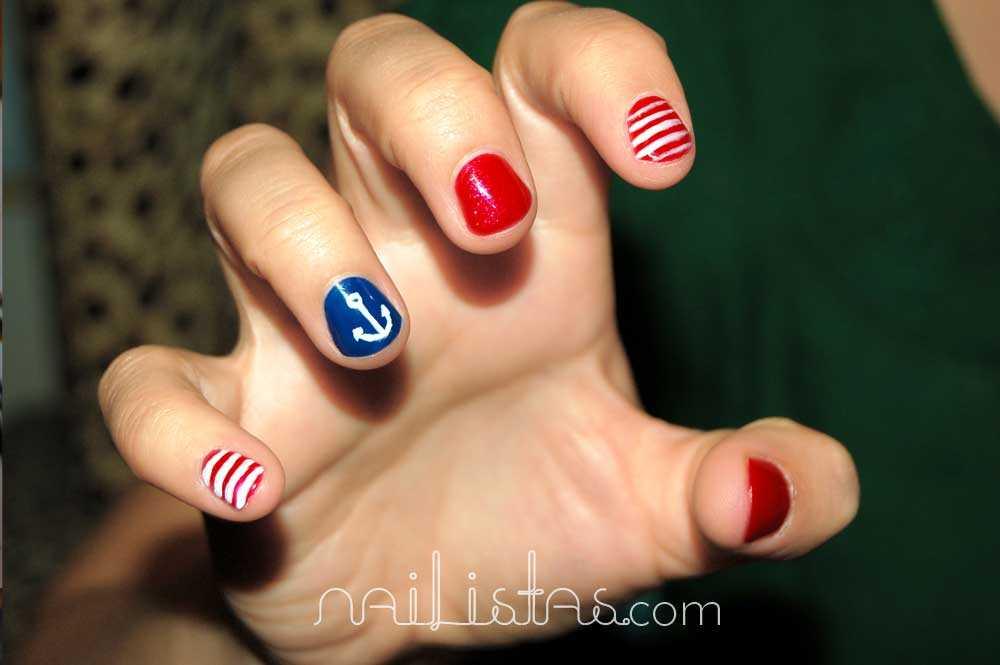 diseño navy con rayas y anclas en rojo y azul. uñas cortas