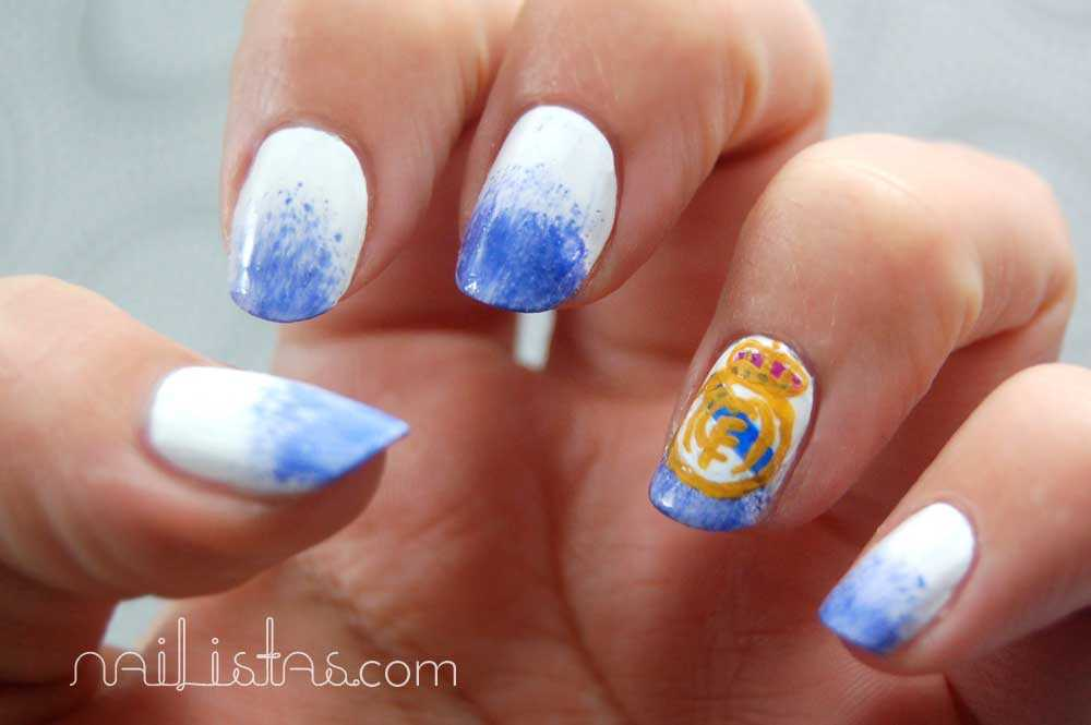 uñas decoradas con el escudo del real madrid