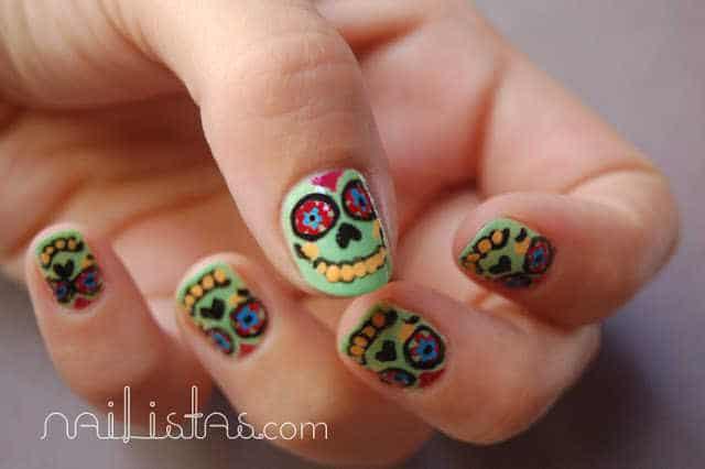 uñas decoradas con calaveras mexicanas