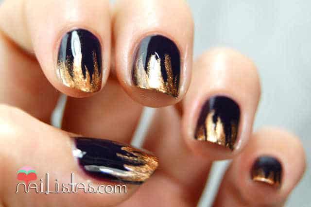Uñas decoradas con llamas envioleta oscuro y dorado