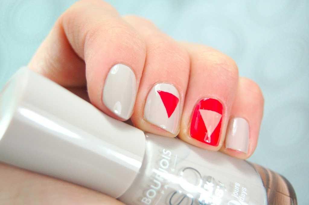 Uñas decoradas con triángulos