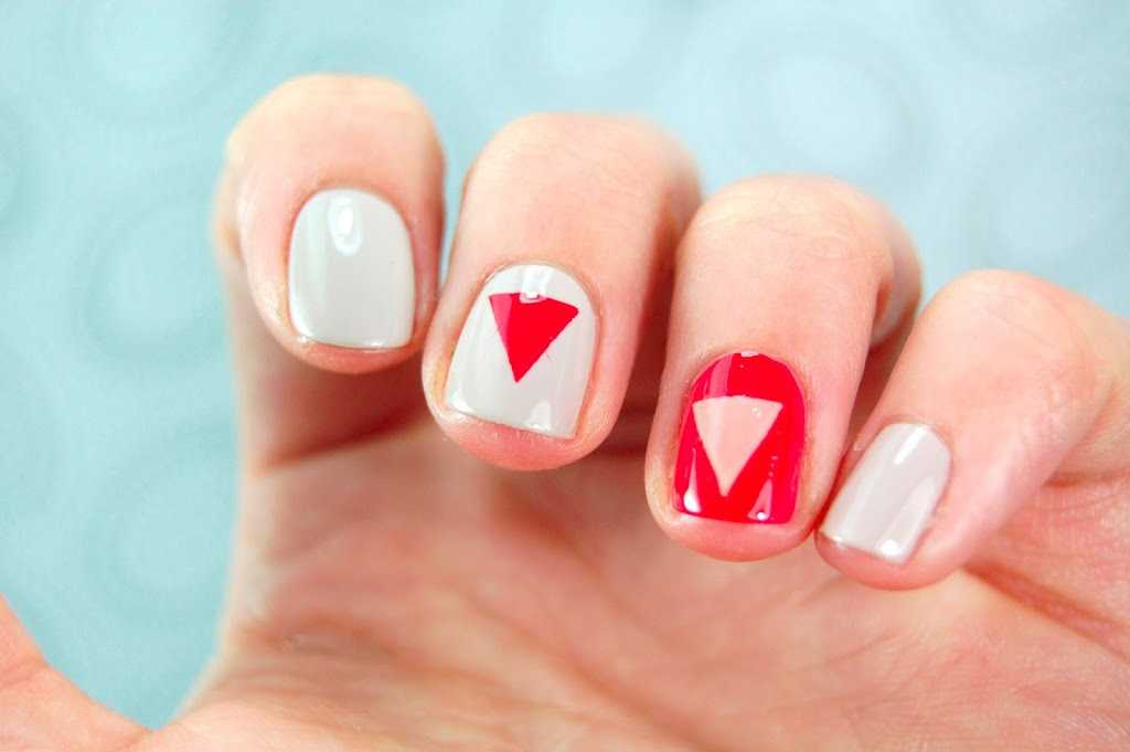 Uñas decoradas con triángulos en rojo y beige