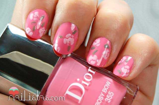 uñas decoradas con flores // rosas con esmaltes Dior
