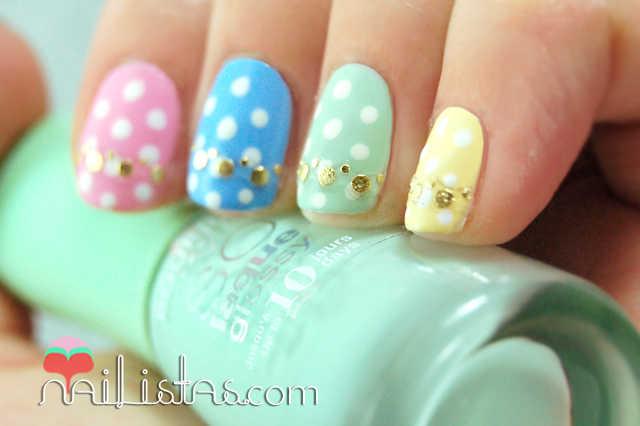 Uñas decoradas en tonos pastel con huevos de Pascua