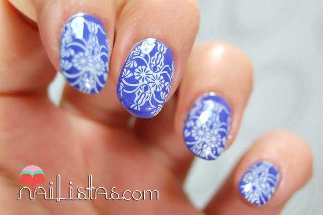 Uñas  decoradas con estampación en violeta
