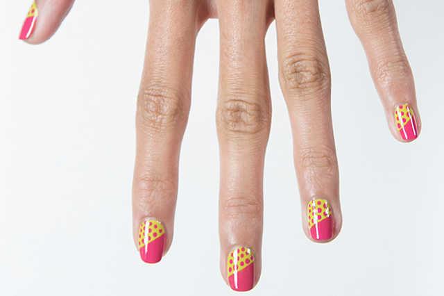 diseño con lunares // esmaltes Pow Green y Pink Bikini de ColorShow // Maybelline