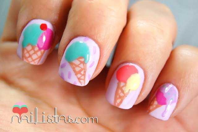 Uñas decoradas con helados en colores pastel