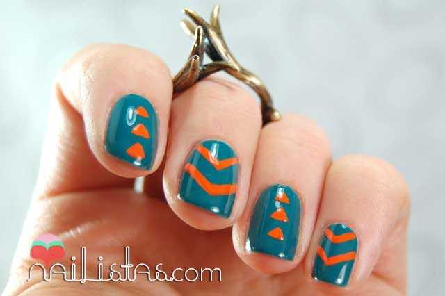 Uñas decoradas con triángulos en verde y naranja