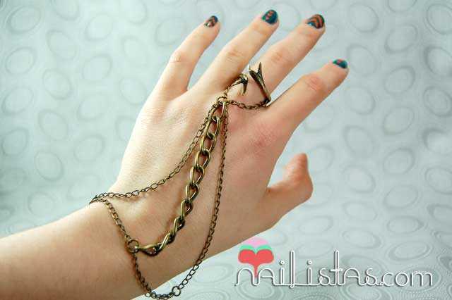 Pulsera de Desencadenada con uñas decoradas con triángulos y anillo de Porca Miseria