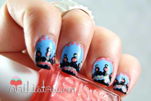 Uñas decoradas con tribal azul y anillo de plata
