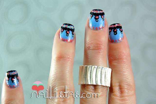 Uñas decoradas con diseños tribales en azul y anillo de plata 06- Adora-Bleu