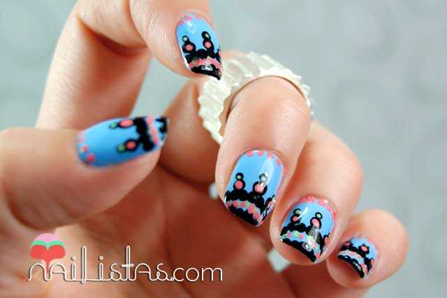 Uñas decoradas con tribal azul