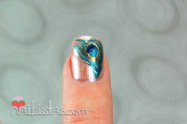 Uñas decoradas con plumas de pavo real