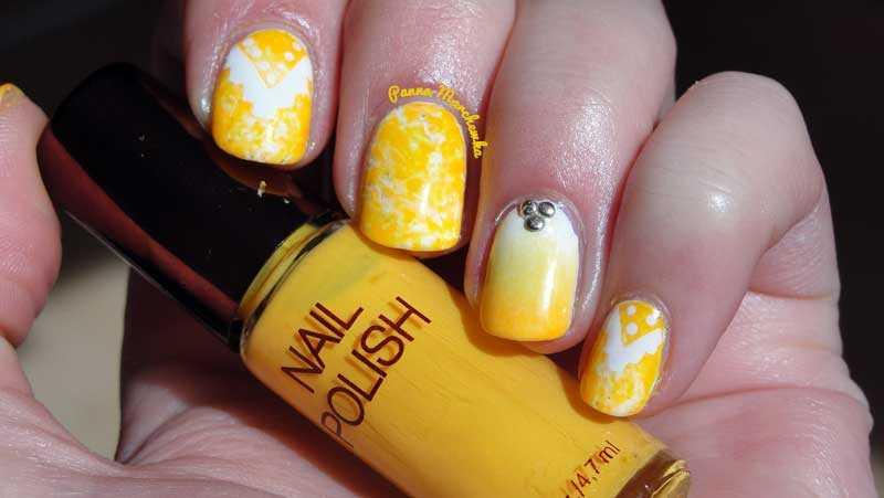 Uñas decoradas con motivos étnicos en amarillo