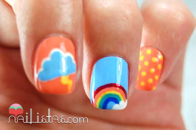 Uñas decoradas con arcoiris y lunares