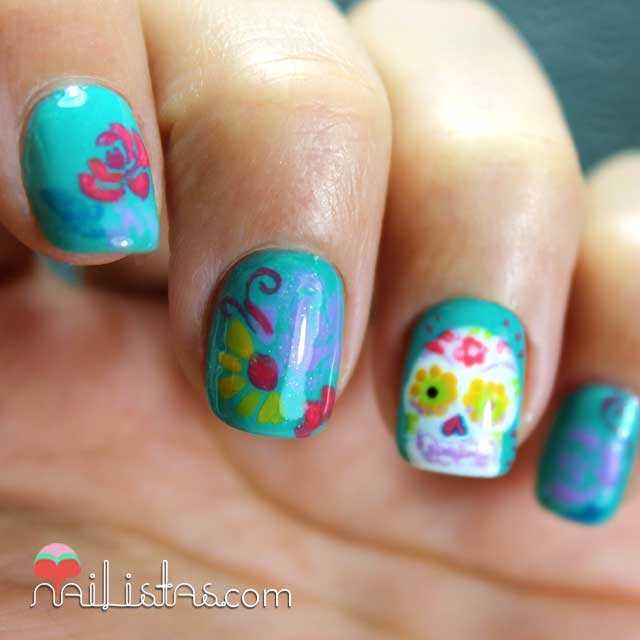 Detalle de manicura con calavera mexicana y flores