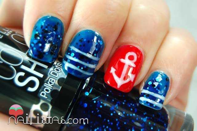 Uñas decoradas con ancla y motivos navy