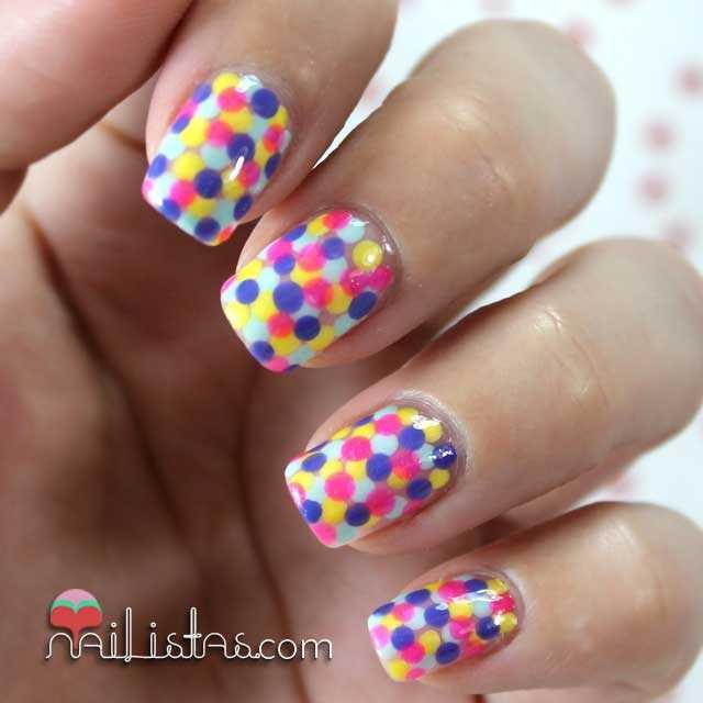 Uñas decoradas con lunares multicolores