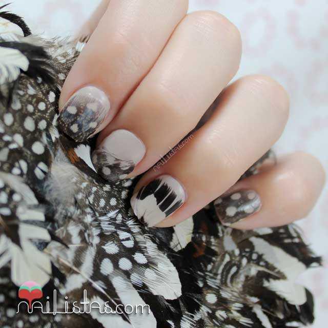 Uñas decoradas con plumas
