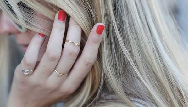 Uñas pintadas con anillos de falange