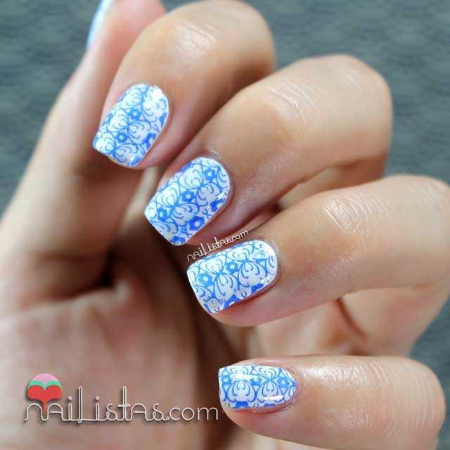 Uñas decoradas con azulejo portugués en blanco y azul