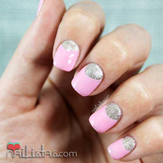 Uñas decoradas con medias lunas en rosa y plateado