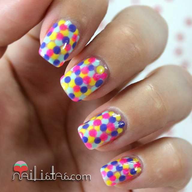 Uñas de puntos multicolor
