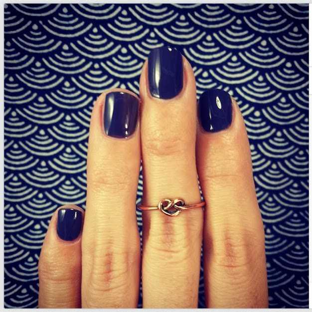Uñas cortas pintadas y anillo midi o knucke ring