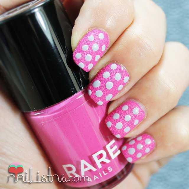 Uñas decoradas con lunares con esmalte con textura rare nails