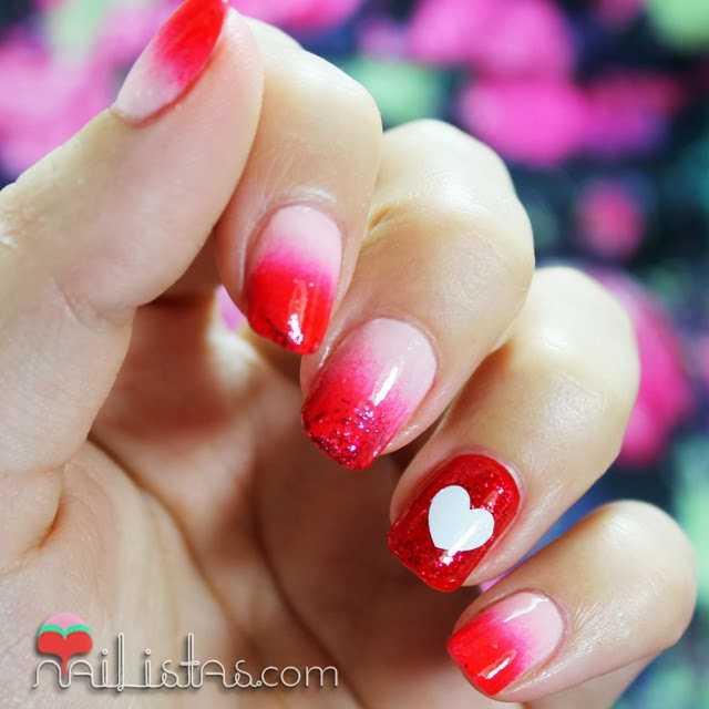 Manicura de corazones con uñas decoradas para San Valentín