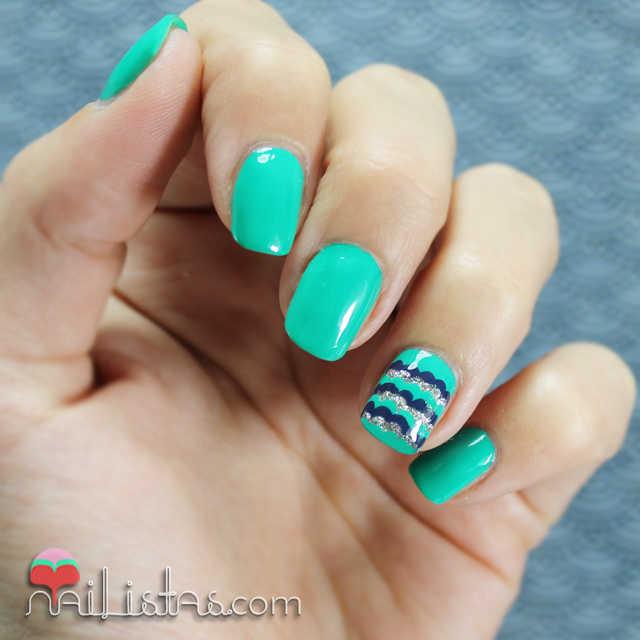 Uñas decoradas con ondas en el dedo anular