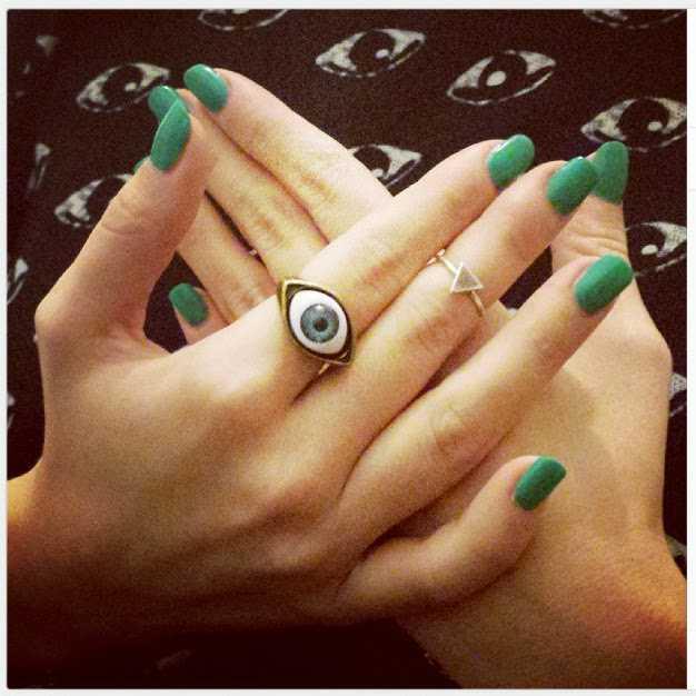 Uñas largas  pintadas y anillo midi o knucke ring