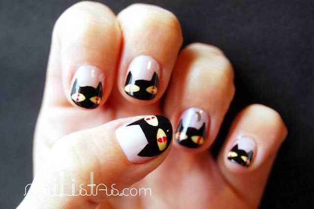 Uñas decoradas con gatos negros y luna para Halloween