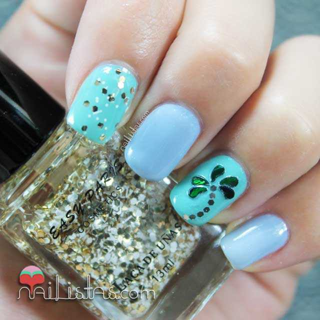Nail art de verano con uñas decoradas con palmeras y glequins