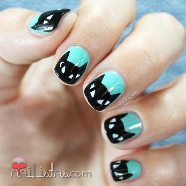 Uñas decoradas con gato negro y esmalte verde menta