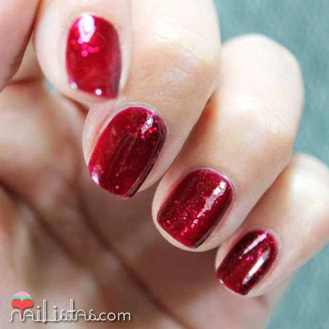 Swatch de leading Lady de Essie, esmalte rojo cereza con glitter