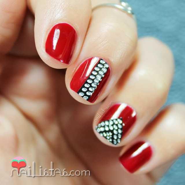 Uñas rojas decoradas con stickers de pedrería Color Show