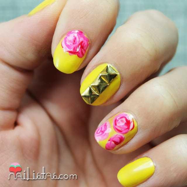 Uñas Decoradas Con Flores Y Tachuelas En Amarillo