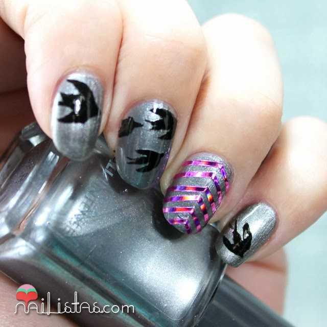 Uñas decoradas con golondrinas y cinta para nail art holográfica