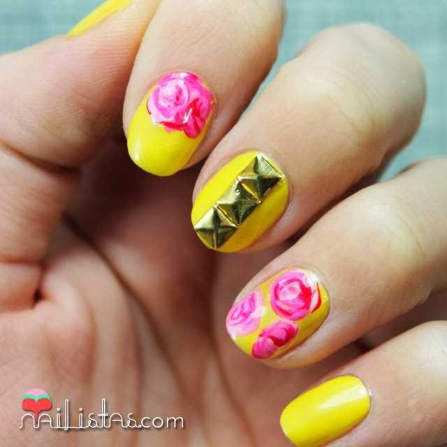 Uñas decorads con tachuelas y rosas