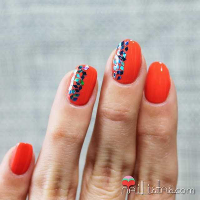 Decoración de uñas fácil en naranja con glitter de rombos